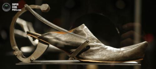 Туфли из кожи и окисленного металла из коллекции японского модельера Кеи Кагами (Kei Kagami):