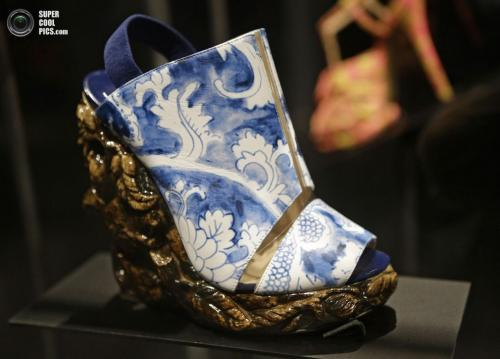Босоножки на танкетке в стиле античной керамики от Николаса Кирквуда: