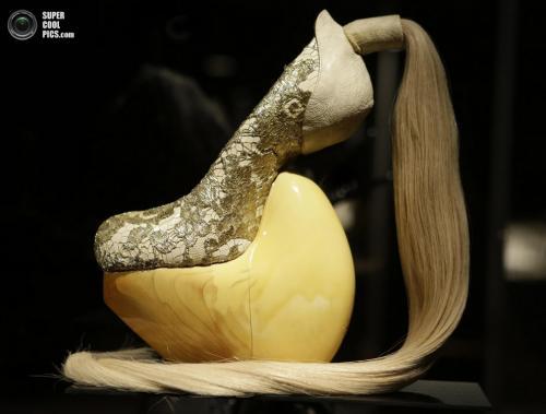 Туфли из лакированного японского кипариса, человеческого волоса и кружева от японского модельера Масаи Кусино (Masaya Kushino).