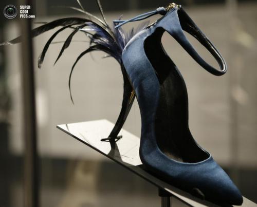 Туфли с перьями из коллекции французского модельера Роджера Вивье (Roger Vivier):