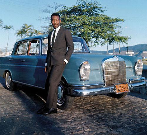 Легендарный бразильский футболист Пеле  и его Mercedes.