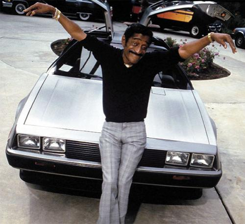 Голливудский актер Сэмми Дэвис  и его автомобиль DeLorean DMC, известный по фильму «Назад в будущее».