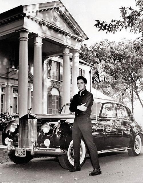 Элвис Пресли и его Rolls Royce Silver Cloud 1958 года.