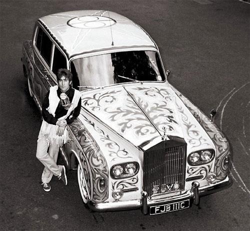 Джон Леннон со своим психоделическим Rolls Royce.