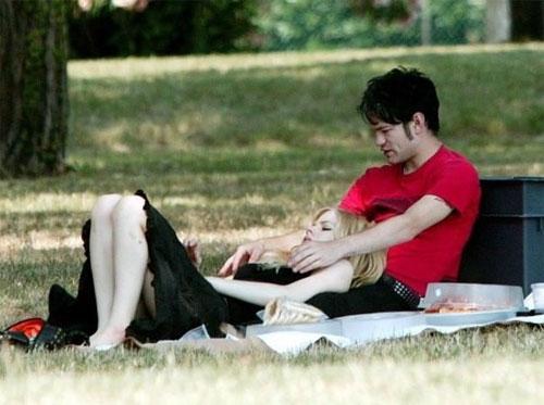 Супругов застали на лоне природы то ли за сеансом  эротического массажа …