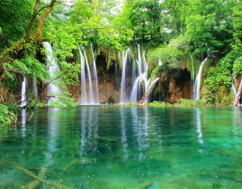 Водопадов 20 пещер причем ежегодно