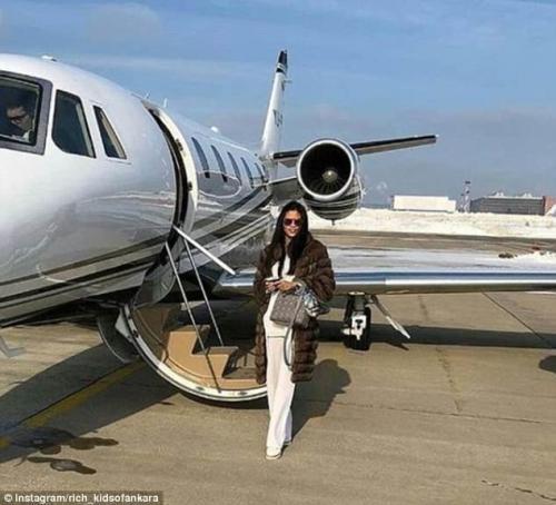 В норковой шубе на фоне частного самолета - вот она, роскошная жизнь по-турецки