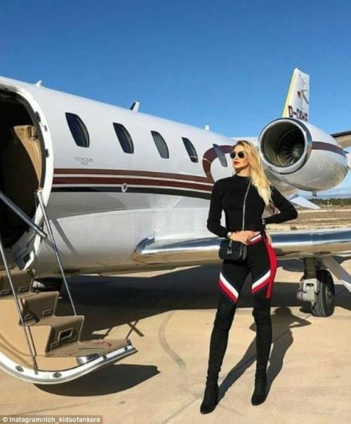Напоследок - еще одна девушка на фоне частного самолета. Вот такие они, богатые детки Анкары