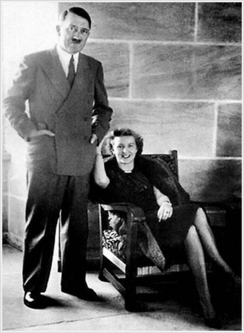 Гитлер в этом же году покупает фаворитке дом в мюнхенском квартале Богенхаузене и назначает ее личной секретаршей. До 1945 года Ева проводила большую часть своего времени в резиденции Фюрера, а с 7 марта 1945 года находилась вместе с ним в Берлине.