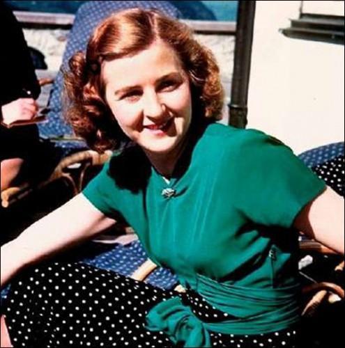 Ева Браун Знакомство Евы с Адольфом произошло в фотостудии Гофмана в октябре 1929 года, на тот момент Браун было 17, а Адольфу – 40 лет. Гитлеру сразу понравилась знойная блондинка. Официальною любовницей фюрера Ева стала только в начале 1932 года после смерти Гели Раубаль, племянницы и фаворитки Гитлера.