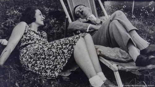 Бракосочетание Гитлера и Евы Браун пришлось на 29 апреля 1945 года, уже на следующий день супруги Гитлер вместе покончили с собой.