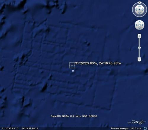 Видимо остатки древней цивилизации под водой. Обратите внимание на размеры постройки и высоту сьемки...