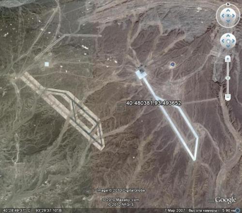Две взлетные полосы в пустыне