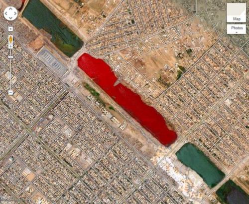 Водоем с красной жидкостью в Ираке