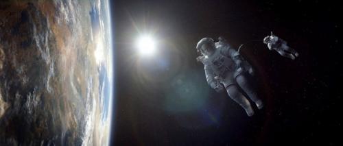 В открытом космосе стоит тишина. Абсолютная тишина. Это потому, что звуковые волны нуждаются в определенной среде, чтобы распространяться. А в космосе вакуум. Темный и тихий вакуум.