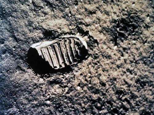 Сорок семь лет назад человечество сделало первые шаги по лунной поверхности. Следы ног астронавтов останутся, пожалуй, еще на миллион лет. У Луны нет атмосферы, поэтому там нет ветра и воды, которые могли бы смыть следы.