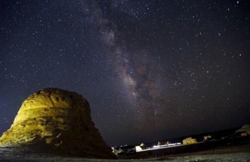 Свет некоторых звезд летит к Земле целую вечность, и любуясь усыпанным звездами небом, мы на самом деле смотрим в далекое прошлое. Телескоп Хаббла может смотреть на 13 миллиардов лет назад.