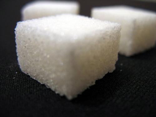 Обычная материя почти полностью (на 99,9999999%) — это пустое пространство. Если убрать все пустое пространство из наших атомов, все человечество (более 7 миллиардов человек) поместилось бы в объем одного кубика сахара.