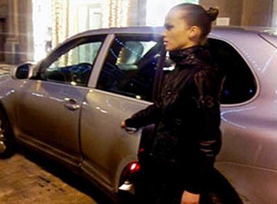Злоумышленники выкинули Анну из машины и сели за руль. Однако девушка поднялась и вцепилась в дверь автомобиля, не отпустив ее даже тогда, когда иномарка тронулась.