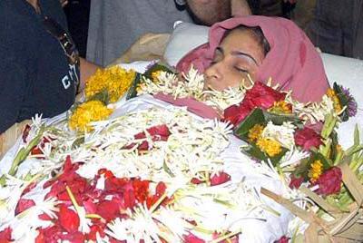 Девушка повесилась в своей квартире в Мумбаях, предположительно, из-за проблем в личной жизни.