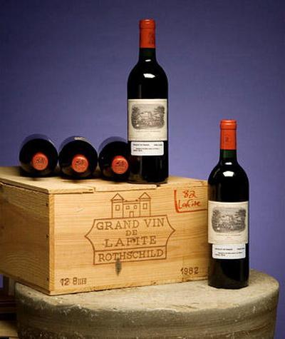 Вино Ch226;teau Lafite-Rothschild 1982, аукцион Christie's (160 100 долларов) Изначально вино называлось Lafite, но после того как виноградники перешли во владения к семье Ротшильдов, это знаменитое вино получило двойное название. 60 бутылок этого вина, которое очень любила мадам де Помпадур, были куплены по цене 160 100 долларов.