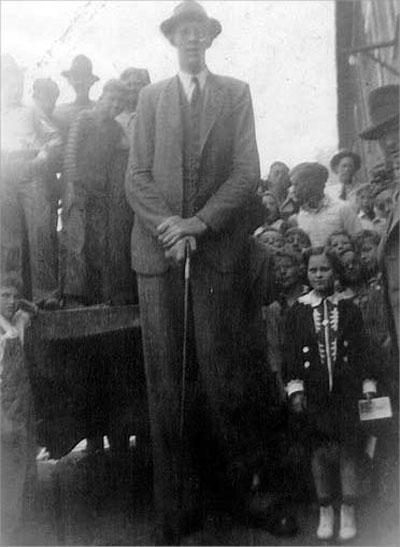 Похороны Уодлоу были похожи на шоу - 40 тысяч американцев с любопытством передавали друг другу байки, мол, гроб его весит полтонны. Да, действительно, он был очень приличных размеров – 328 сантиметров длиной, 81 сантиметр шириной и 76 сантиметров глубиной. И его несло 12 человек.