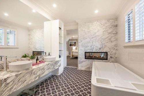 """В Австралии на продажу выставлен дом с секретной парковкой и """"комнатой для гольфа"""""""