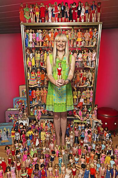 Самая большая в мире коллекция кукол Барби Такой коллекцией может похвастаться Беттина Дорфманн из Германии, которая собрала 15 тысяч самых разнообразных куколок компании Mittel. Женщина коллекционирует их с 1993 года.