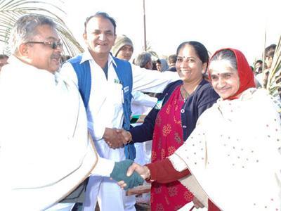 Наибольшее количество людей, пожавших друг другу руки 48870 человек одновременно пожали друг другу руки 21 января 2012 года по случаю начала строительства храма для сообщества Leuva Patel, Раджкот, Гуджарат, Индия.