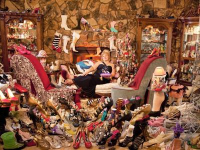 Самая большая коллекция туфель В коллекции Дарлин Флинниз из Калифорнии, США, стоимостью более $0,5 млн - 15665 предметов обуви, которые она собирала в течение 12 лет после развода. Помимо обычной обуви женщина собирает произведения искусства в форме туфель.