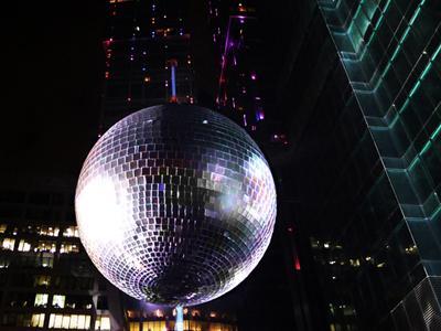 Самый огромный диско-шар Крупнейший в мире зеркальный диско-шар диаметром 9,98 метров был представлен 26 апреля 2012 года в Москве, Россия, в рамках празднования 150-летия легендарного бренда Bacardi.