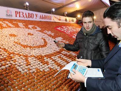 Крупнейшая мозаика из пончиков Огромное полотно из 7040 пончиков было создано в рамках празднования Пампухи во Львове, Украина, 7 января 2012 года.