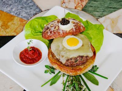 Самый дорогой в мире гамбургер Гамбургер под названием Le Burger Extravagant стоимостью $295 подается в нью-йоркском ресторане Serendipity 3. В состав блюда входят белые и черные трюфели, японская говядина, перепелиные яйца, сыр Чеддер и икра.