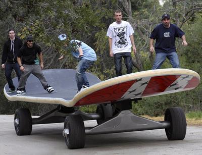 Самый большой в мире скейтборд Этот необычный вид транспорта смастерили завсегдатаи Калифорнийского скейт-парка. Гигантская доска превосходит свой стандартный прототип в 12,5 раз и достигает 1,1 м в высоту, 2,642 м в ширину и 11,15 м в высоту.