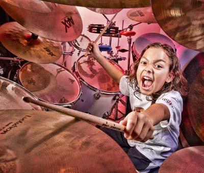 Самый юный профессиональный барабанщик Джулиан Павон из США установил этот рекорд 21 марта 2010 года. На тот момент ему было 5 лет, 10 месяцев и три дня.