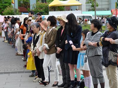 Самая длинная цепь рукопожатий В цепочке рукопожатий, продлившихся одну минуту, приняло участие 600 человек. Мероприятие состоялось в Национальном парке Хиросимы, Япония, 3 мая 2012 года.