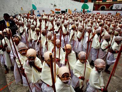 Самое большое количество людей, одетых, как Махатма Ганди Костюмированное мероприятие, в котором приняли участие 485 детей из малообеспеченных семей в возрасте от 10 до 16 лет, было частью учебного процесса одной из благотворительных организаций в Калькутте, Индия.