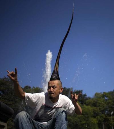 Самая высокая прическа в мире Обладатель самого высокого ирокеза – 40-летний японский дизайнер Кадзухиро Ватанабэ. Его длина составляет 113,5 см. Для создания этой прически мужчина отращивал волосы более 15 лет.