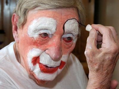 Самый старый в мире клоун Флойд Крикмор, отметивший 14 июля 2012 года свое 96-летие, работал клоуном с 1980 года. Последнее официальное выступление комика, завоевавшего за всю свою карьеру множество международных наград, состоялось 24 февраля.