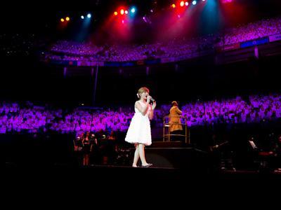 Наибольшее количество бэк-вокалистов у одного исполнителя 6 марта 2012 года во время выступления 11-летней Конни Талбот на лондонской арене O2 исполнение песен сопровождал ансамбль «Молодые голоса», насчитывающий 6031 вокалистов.