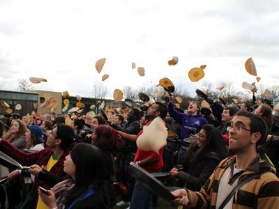 Самое большое количество людей, одновременно подбросивших вверх блинчики Несмотря на то, что 40 человек были дисквалифицированы, не успев подкинуть свои блинчики или уронив их, рекорд был зафиксирован при участии 930 человек 15 февраля 2012 года в университете Шеффилда, Великобритания.