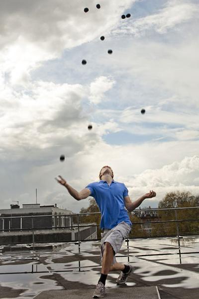 Самое большое количество шаров, которыми когда-либо жонглировал человек Рекорд установлен Алексом Барроном из Великобритании, который сумел поймать 11 шаров 23 раза подряд.