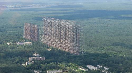 Станция «Чернобыль-2» В 1985 году была построена монументальная загоризонтная радиолокационная станция «Дуга». Это сооружение потребовалось для обнаружения возможных запусков межконтинентальных баллистических ракет. Антенны поднимаются ввысь на 150 метров, а вся площадь комплекса составляет целых 160 километров. После аварии на ЧАЭС станцию пришлось бросить. Сегодня объект под названием «Чернобыль-2» остается лишь приманкой для смелых туристов.