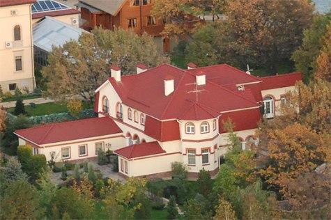 В 2005 году в дом в Конче-Озерной переселилась дочь Юлии Тимошенко (недавно Евгения напомнила о себе тем, что решила отпраздновать свой день рождения в одном из самых дорогих отелей Рима как раз в разгар кровавых событий на Майдане). Сама премьер-министр переехала на дамбу под Киевом в коттеджный городок «Срибна затока» между 2006-2007 годами. Дом Юлии Тимошенко расположен на дамбе в Конча-Заспе, в элитном поселке Серебряный залив