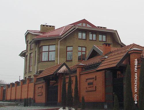 Два дома – Юлиной мамы и Тани – занимали целый квартал между улицами Барвенковской и Тельмана. И вот теперь между первым и вторым имениями вырос... третий. Он расположен на внутренней территории между двумя домами.