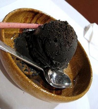 Мороженое из черного кунжута  Японский черный кунжут тоже используют в качестве ингредиента мороженого. Несмотря на черный цвет, блюдо вполне съедобно.