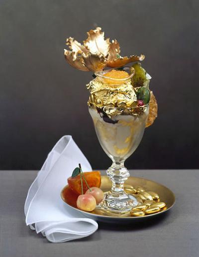 Золотое мороженое  Одна порция этого вкусного десерта, приготовленного с добавлением фольги из чистого золота и экзотических фруктов и ягод, стоит около $1000. Похвастаться наличием такого мороженого в меню могут только самые элитные рестораны мегаполисов США.