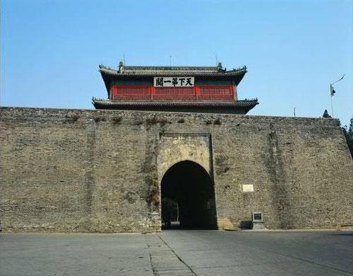 """А писатель Александр Бушков в своей книге """"Россия, которой не было"""" (2002 год)  и вовсе настаивает на том , что Великая Китайская стена построена во времена Мао Цзедуна. То есть, в 50-70-е годы ХХ века."""