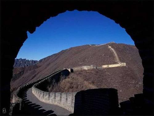 """Первая Стена связана с именем знаменитого """"объединителя земли китайской"""" , императора Цинь Ши Хуана. На ее строительство было послано 500 тысяч человек при общем населении в 20 миллионов... Немалую роль в постройке сыграли ученые- конфуцианцы, которых Цинь Ши Хуан задумал извести на корню. Тысячи ученых, заклейменных и закованных в кандалы, обеспечили своевременное окончание работ.Стена фактически построена на костях людей, которых согнали со всей страны..."""