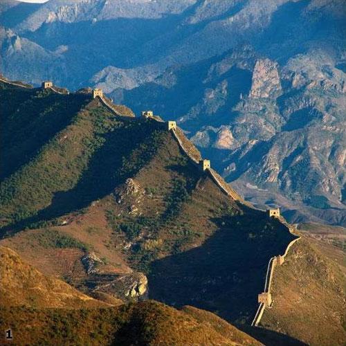 Китайские государства начали обносить себя стенами еще со времен Конфуция...Эти древние стены позволяли отгородить «все наше» от «соседского», «чужого»...Но к строительству самого грандиозного фортификационного сооружения на Земле китайцы приступили лишь с появлением империи.
